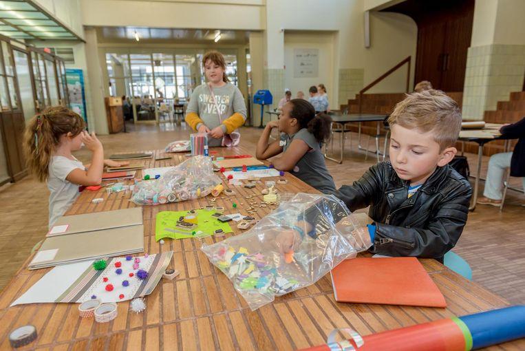 Leerlingen kunnen in De Grote Post aan de slag met stempels, blinkende stickers, kleurrijke tape enzovoort.