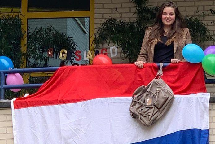 Femke Vos (15) uit Zeewolde kreeg in december een hersenbloeding. Een mavo-diploma leek toen nog erg ver weg. Op wilskracht behaalde ze tóch het felbegeerde papiertje.