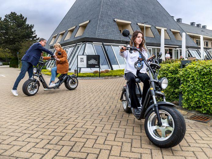 Gasten van het Carlton President Hotel Utrecht kunnen gebruikmaken van E-choppers om te cruisen langs de Vecht. Links directeur Bart Blikman (52).