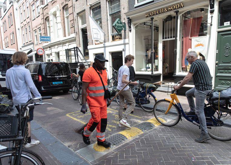 Drukte in de Negen Straatjes - hier nog met de door fietsers gehate drempels. Beeld Lin Woldendorp