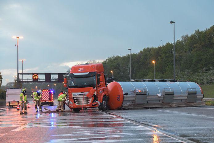 Drie rijstroken geraakten versperd door de gekantelde vrachtwagen.
