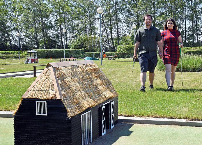 Robbert en Louise op de volledig gerenoveerde midgetgolfbaan van Nieks, voorheen uitspanning De Afslag.