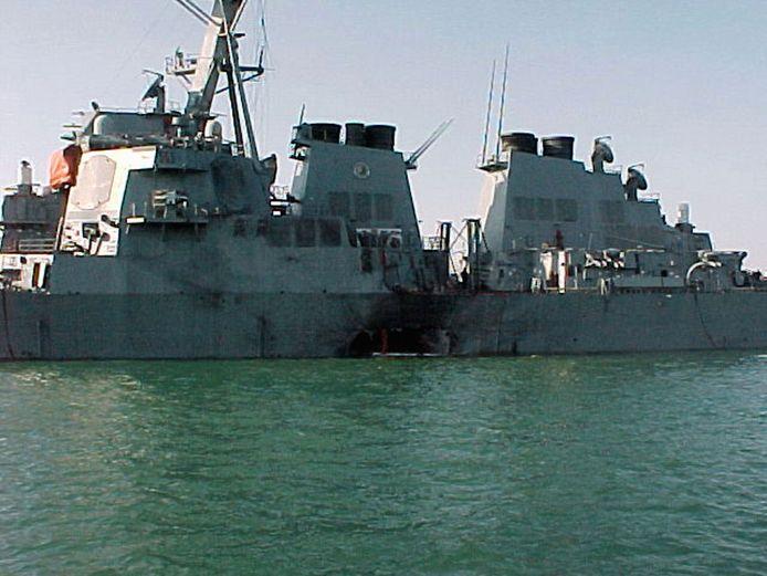 De beschadigde USS Cole na de aanslag in 2000.