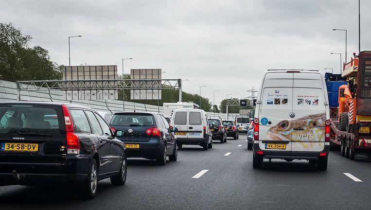 Een automobilist, die opviel wegens zijn rijgedrag, negeerde op de A10 een stopteken. Beeld anp