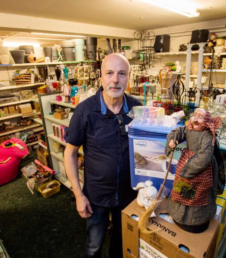 Johan van Wezel, winkelier te Moergestel, heeft honderd mondkapjes te pakken: 'En vanmiddag komt de gel'