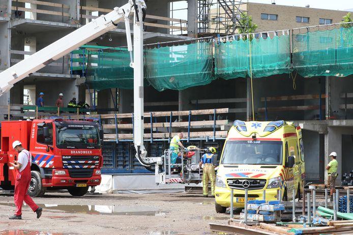 Bliksem slaat in op bouwplaats in Den Haag