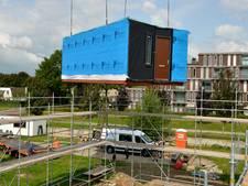 Houten takelt eerste prefabwoningen voor 'spoedzoekers' op hun plek