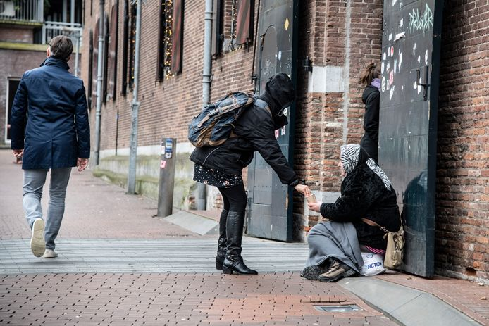 Een bedelaarster bij het Vlaams Arsenaal.