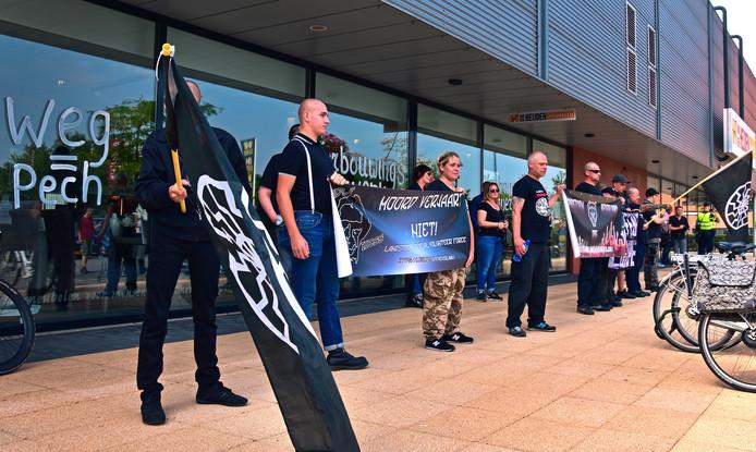 Leden van de extreemrechtse actiegroep Vrijheid voor Nationalisten demonstreren op de woonboulevard aan de Wijchenseweg in Nijmegen.
