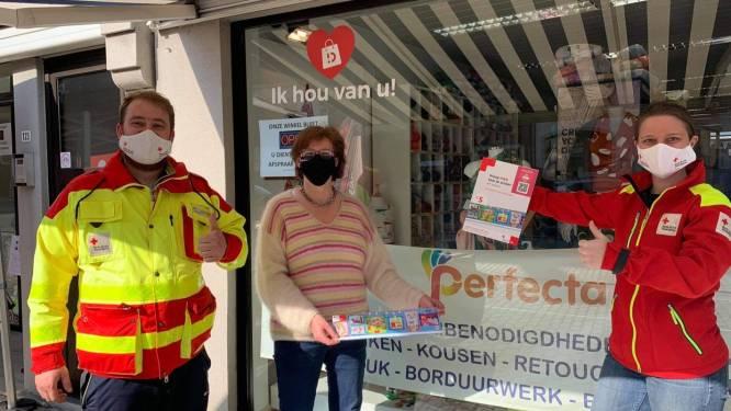 Handelaars helpen Rode Kruis-Deinze stickers verkopen