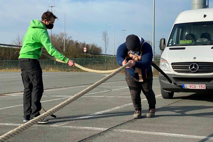 Hans Van Lierde en schoonbroer Luk Dillen ondervonden dat een bestelwagen met handrem aangetrokken best pittig is.