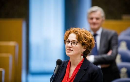 Kathalijne Buitenweg (GroenLinks) tijdens een debat in de Tweede Kamer. Het Kamerlid drong bij minister Dekker aan op de wet tegen huwelijkse gevangenschap en hield zelfs uiteindelijk bij het ontwerp.