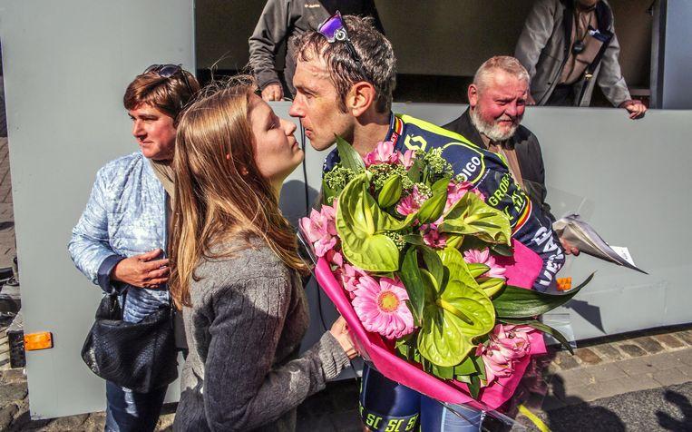 Emely, vriendin van Daan, feliciteert Commeyne. Beeld Henk Deleu
