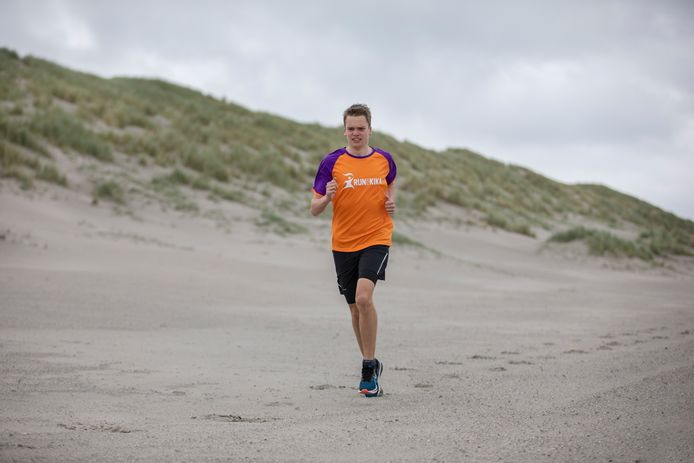 Bjorn Bouwman traint aan de Zeeuwse kust, om klaar te zijn voor de marathon in de woestijn van Jordanië.