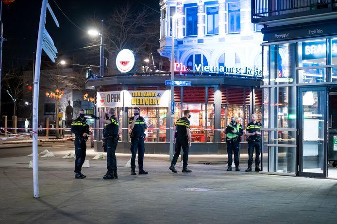 Op de hoek van de West-Kruiskade en het Kruisplein in het centrum van Rotterdam is een man dinsdagavond neergestoken.