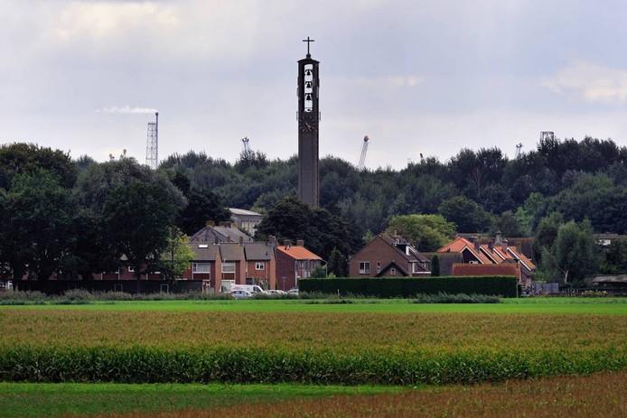 Het dorp Moerdijk, met op de achtergrond de oprukkende industrie.