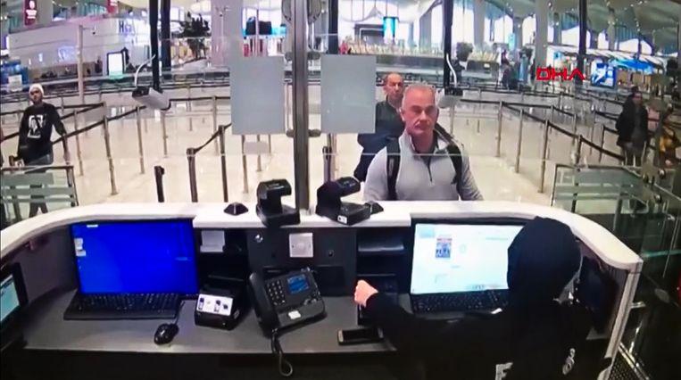 Videobeeld van fixer Michael Taylor bij de paspoortcontrole op de luchthaven van Istanbul. Beeld AFP