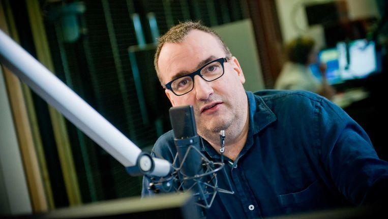 Koen Fillet achter de microfoon bij Radio 1. Beeld VRT / Jokko