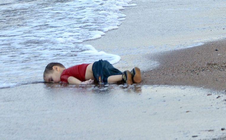 Het lichaam van het driejarige Syrische jongetje Alan Kurdi spoelde in september 2015 aan op het strand. Beeld EPA