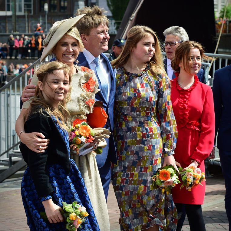 Koning Willem-Alexander met zijn gezin tijdens de Koningsdagviering in Amersfoort. Beeld Marcel van den Bergh