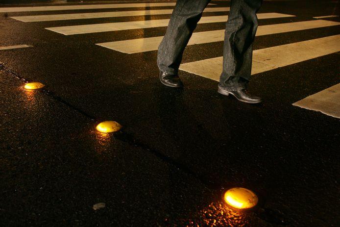 Steeds meer gemeenten maken gebruik van led-verlichting in het wegdek om het oversteken bij zebrapaden en fietsoversteekplaatsen veiliger te maken.