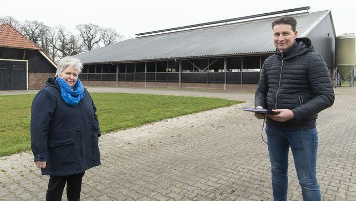 Directeur Wilma Paalman-Vloedgraven van de coöperatie Hof van Twente op Rozen en melkveehouder Albert-Jan Olhorst, een van de zonneboeren