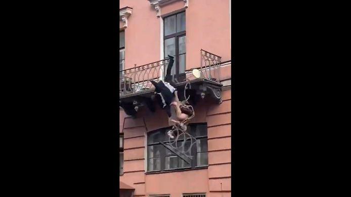 Olga Volkova et Yevgeny Karlagin, tous deux âgés de 35 ans, ont été filmés par des passants en train de se disputer sur leur balcon dans une rue de Saint-Pétersbourg, en Russie.