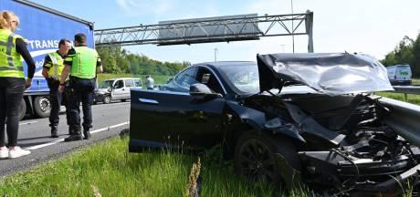 Tesla total loss bij ongeluk op A16 bij grens: weg deels dicht tussen Antwerpen en Breda