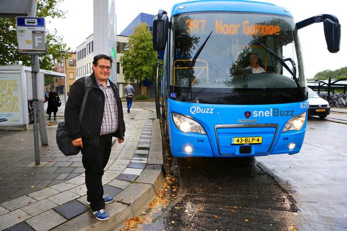 Bus 387 komt tijdens de avondspits aan op station Gorinchem. Dit keer kon raadslid Rutger van Breemen wel mee.