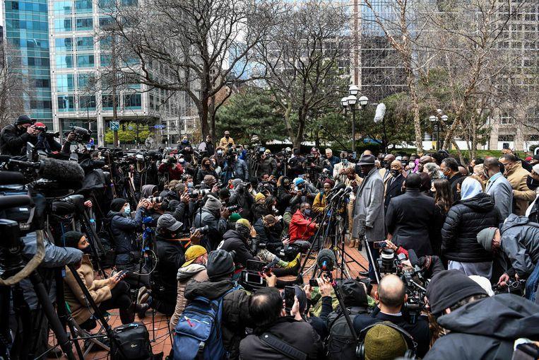 Dominee Al Sharpton en advocaat Ben Crump staan de media te woord tijdens het proces tegen politieagent Derek Chauvin.  Beeld AFP