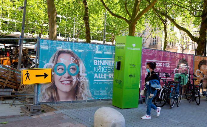 Pilaar met handgel-dispenser op de Coolsingel in het centrum van Rotterdam.