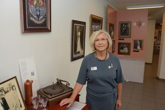 Ann Cools van het Vredesgenootschap Axis dat het initiatief nam voor de opmerkelijke expo.