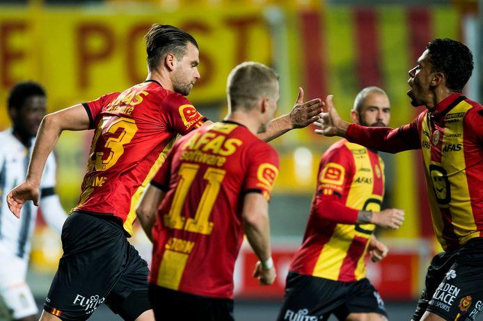 Spelers van de A-ploeg van KV Mechelen vieren een doelpunt.