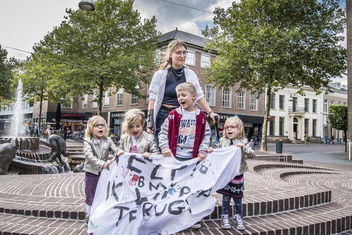 Linda Baars en haar kinderen protesteren op het Ei van Ko