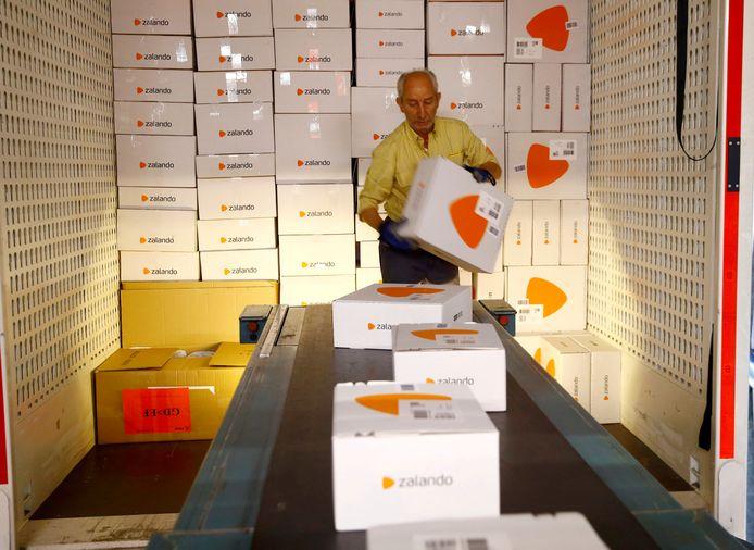 Een medewerker verwerkt pakketten van Zalando in Zwitserland.