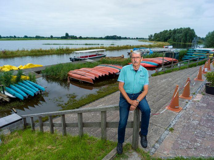 Tientallen kano's liggen onaangeroerd op de onder water gelopen stellages. Het is dé inkomstenbron voor Van der Stoep in het door coronagetekende hoogseizoen. Maar ook die mogen vanwege de dijkdoorbraak nu het water niet op.