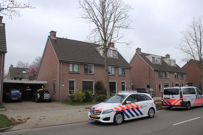 Politie doet onderzoek na de overval op een bewoonster van het Schoutenveld. Het slachtoffer is al per ambulance naar het ziekenhuis gebracht.