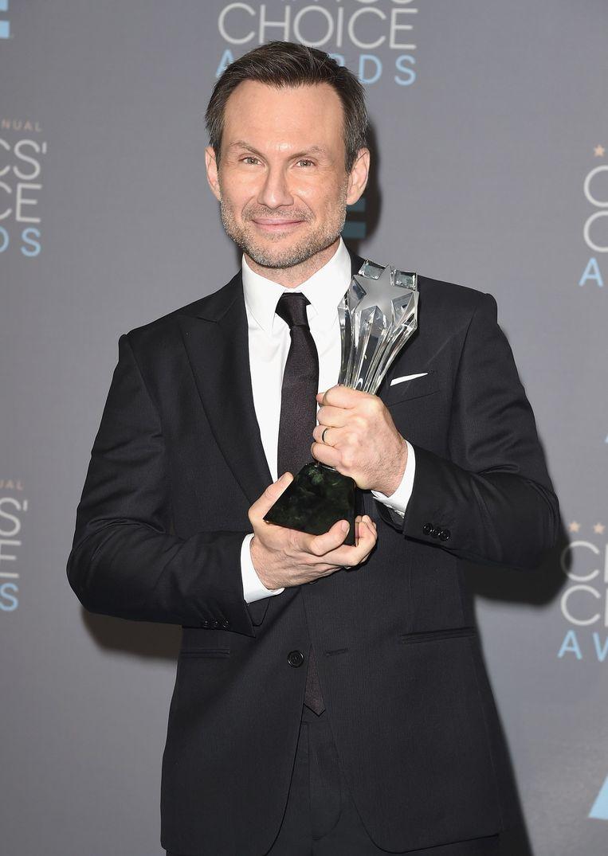 Christian Slater met zijn prijs voor beste mannelijke bijrol in een dramaserie voor Mr. Robot tijdens de Critics' Choice Awards Beeld afp