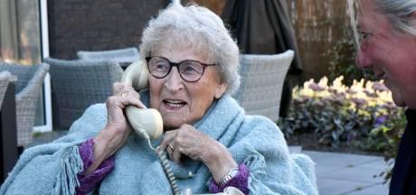 Studenten maken een 'wonderfoon' met liedjes voor dementerende ouderen: 'Ze worden er echt blij van'