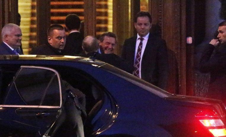 Schröder en Poetin in een innige omhelzing Beeld EPA