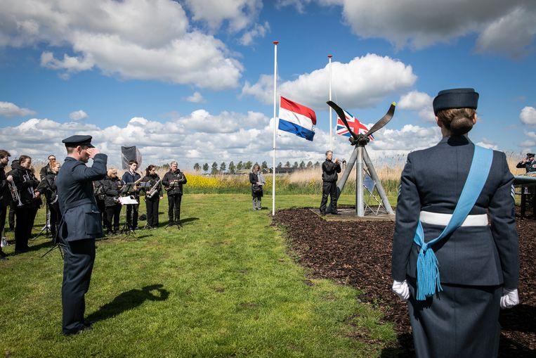 The Last Post tijdens de dodenherdenking in het Ilperveld. Beeld Dingena Mol
