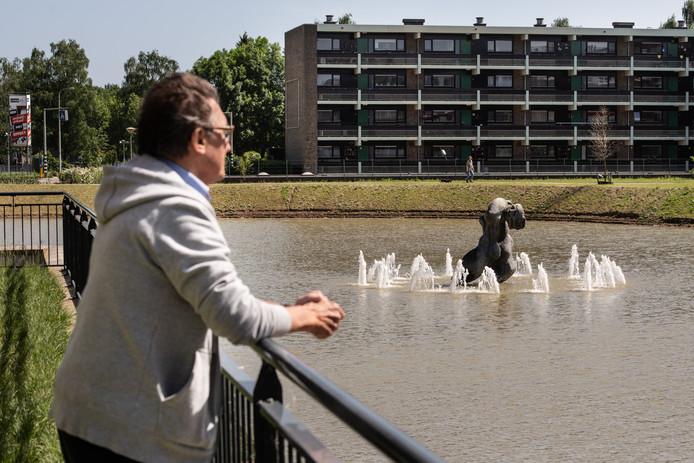 Gedoe om geluidsoverlast van fontein in vijver Park Malderborgh.  Op de foto staat Niek Arntz bij de fontein.