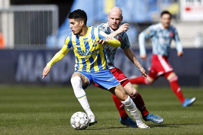 Anas Tahiri, hier voorbij Davy Klaassen van Ajax, groeide uit tot publiekslieveling en sterkhouder bij RKC Waalwijk.