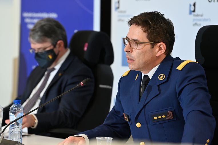 Federaal procureur Frédéric Van Leeuw en directeur-generaal van de gerechtelijke politie Eric Snoeck tijdens een persconferentie. 'Deze operatie is een mijlpaal in de geschiedenis van het recherchewerk.' Beeld BELGA