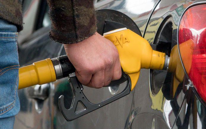 Le prix du litre d'essence 95 E10 atteint un maximum de 1,483 euro, soit une diminution de 1,5 centime. Celui du litre d'essence 98 E5 affiche lui 1,553 euro, soit une baisse de 1,7 centime.