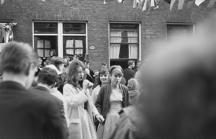 Koninginnedag in de Tweebosstraat, 1964, met heel wat jonge Zuiderlingen op de been.