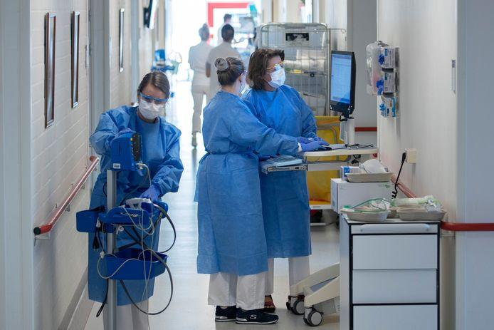 Een van de COVID-afdelingen van het Màxima Medisch Centrum. Het ziekenhuis had plannen om een derde cohort voor covidpatiënten te openen, maar ziet daar vanwege de dalende cijfers toch van af.