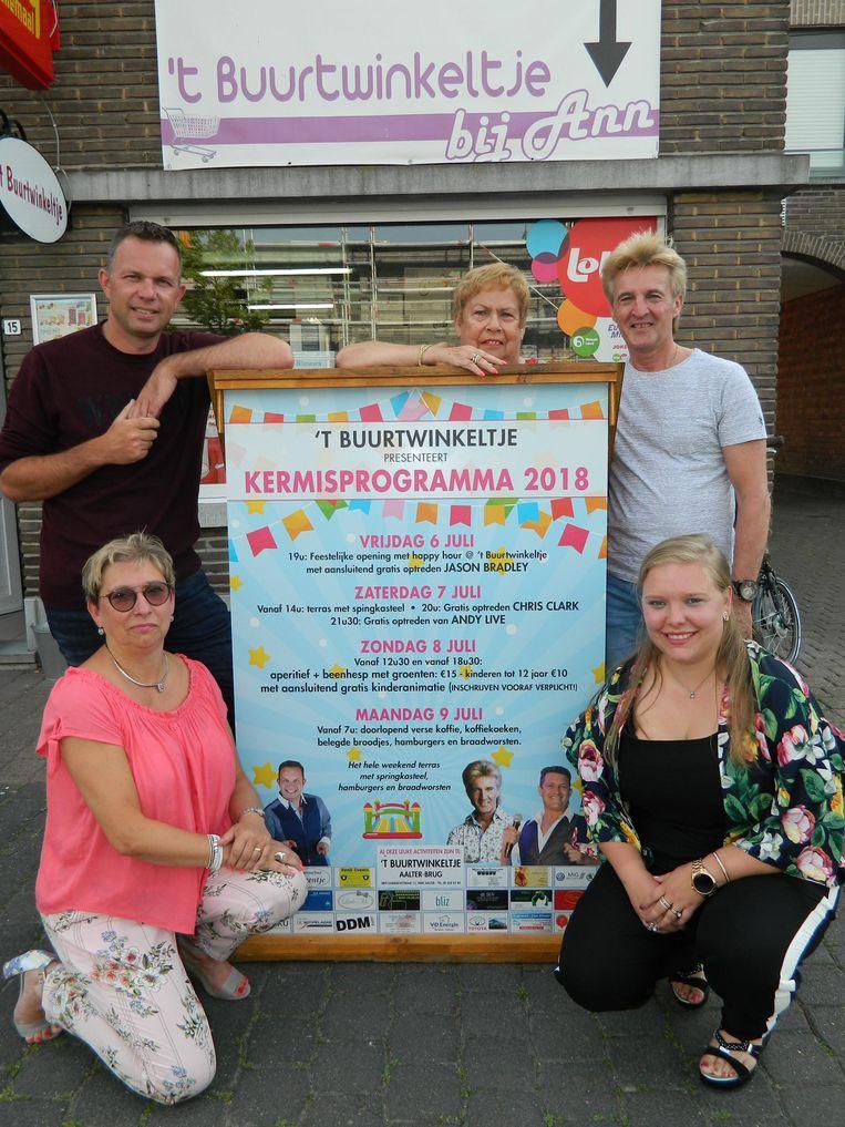 De drie generaties vrouwen van 't Buurtwinkeltje, samen met de zangers Jason Bradley en Chris Clark.