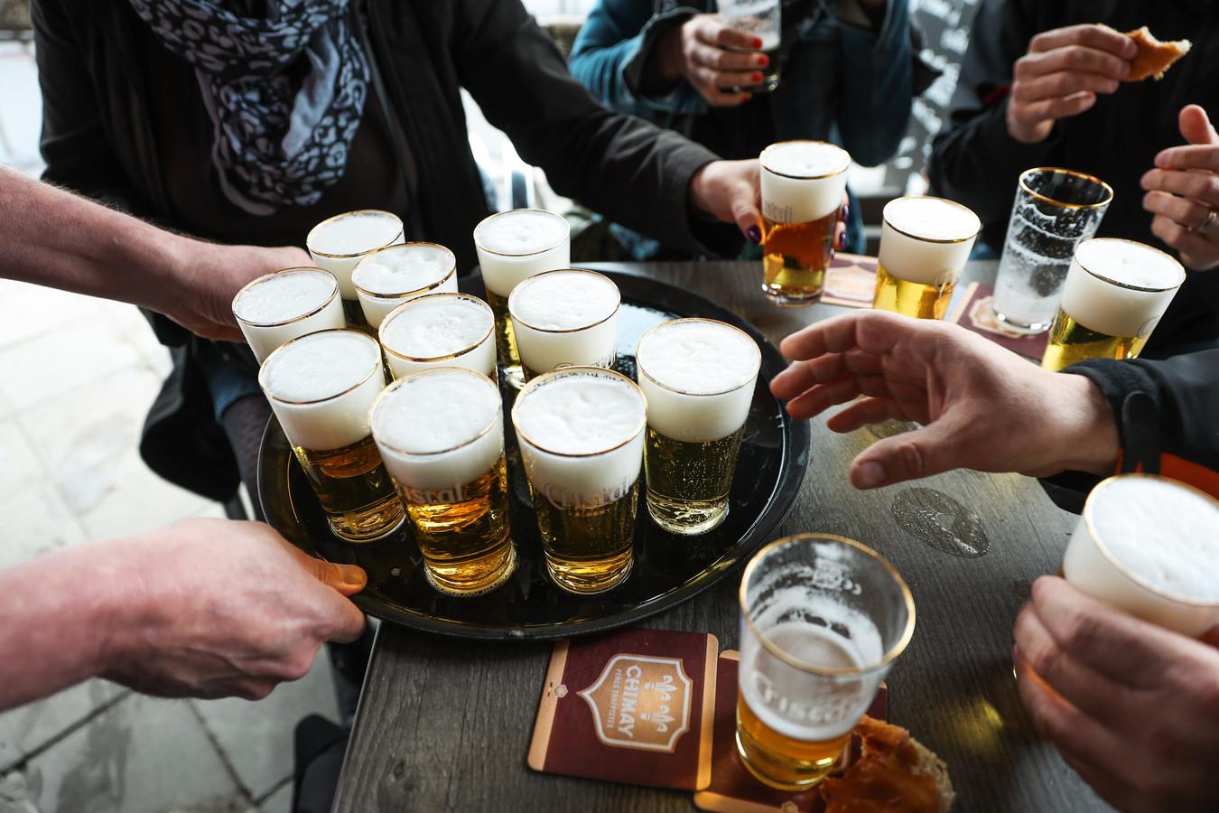 Het afgelopen weekend vloeide de alcohol rijkelijk op de Antwerpse terrassen. Een tiental mensen moest opgenomen worden in het ziekenhuis, omdat ze te veel gedronken hadden.