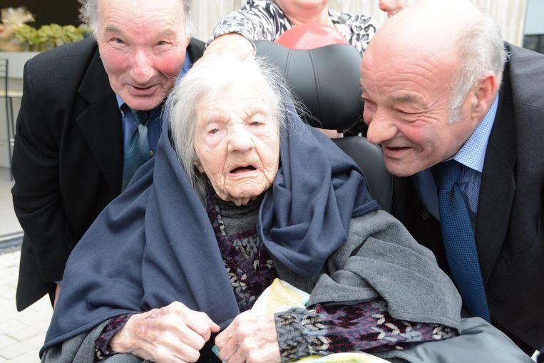 Roger en Willy Vanhove zijn trots op hun moeder Marie.